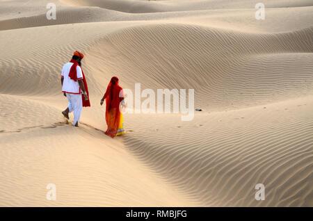 Paar in Dechu Wüste, Jodhpur, Rajasthan, Indien, Asien - Stockfoto