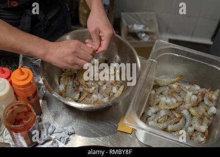 Hände von asiatischen Köche kochen Sushi und die japanische Küche, schälen die Garnelen in eine Schüssel geben. - Stockfoto