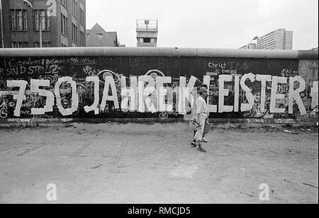 """Die Gegner der 1987 Volkszählung stick Zehntausende Anmeldeformulare, die Berliner Mauer in eine spektakuläre Aktion und damit die 750-Jahr-Feier der Stadt Berlin mit dem Slogan """"750 Jahre einfügen"""" feiern. - Stockfoto"""