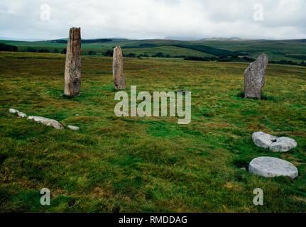 Machrie Moor Steinkreise, Arran, Schottland, UK: Blick N der überlebenden Sandstein Säulen von Circle II mit gebrochenen Stümpfe und teilweise Mühlsteine. - Stockfoto