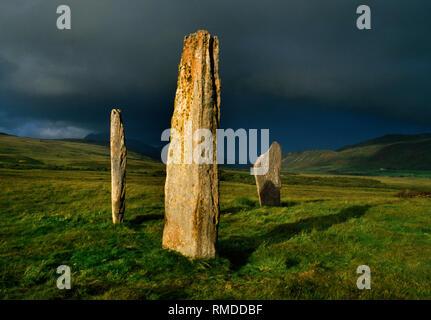 Machrie Moor Steinkreise, Isle of Arran, Schottland, Großbritannien: Drei sandsteinplatten von Circle II NE auf den Gipfel des Ziege fiel auf der Suche (hinter dem Zentrum Stein). - Stockfoto