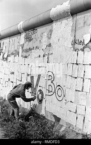 Die Gegner der 1987 Volkszählung stick Zehntausende Anmeldeformulare, die Berliner Mauer in eine spektakuläre Aktion. - Stockfoto