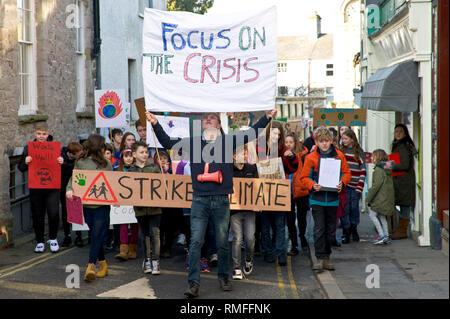 Das Heu, das auf Wye, Powys, Wales, UK. 15. Februar 2019. Klima Streik. Schülerinnen und Schüler der örtlichen Schulen nahm Zeit weg von Lektionen zu fordern dringende Maßnahmen gegen den Klimawandel zu protestieren. Dies ist Teil einer koordinierten nationalen Tag der Aktion. Credit: Jeff Morgan/Alamy leben Nachrichten - Stockfoto