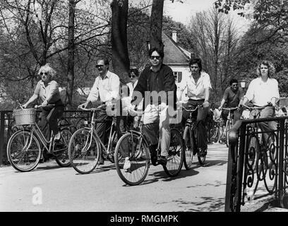 Eine Gruppe von Radfahrern passieren Sie den Biergarten Aumeister auf einem Fahrrad Ausflug in den Englischen Garten. - Stockfoto