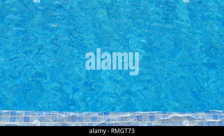Schwimmbad Wasser Hintergrund mit Mosaikfliesen an einem Ende, die Beschaffenheit der Oberfläche mit Ripple Effect, Konzept für Sommerferien - Stockfoto