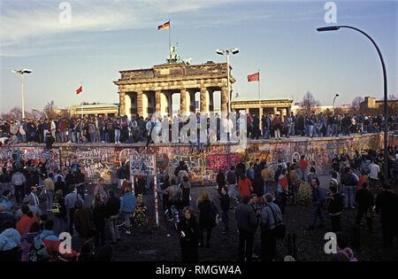 Tausende von Ost und West Berliner Feiern der Öffnung der Grenze in der Nacht vom 9. November 1989, auf der Berliner Mauer am Brandenburger Tor. - Stockfoto