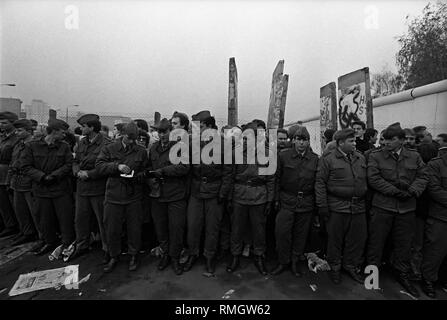 Ddr-Grenztruppen vorbereiten, bis ein Grenzübergang am Potsdamer Platz zu setzen. Die ersten Segmente der Berliner Mauer sind durch die DDR-Grenztruppen in den Morgenstunden entfernt. Zehntausende Ostberliner in West Berlin. - Stockfoto