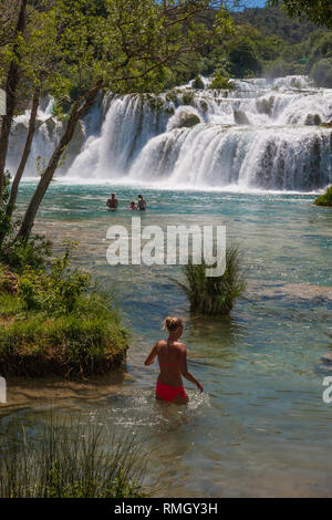 Schwimmen am Skradinski Buk: der letzte Wasserfall am Fluss Krka, Nationalpark Krka, Kroatien - Stockfoto