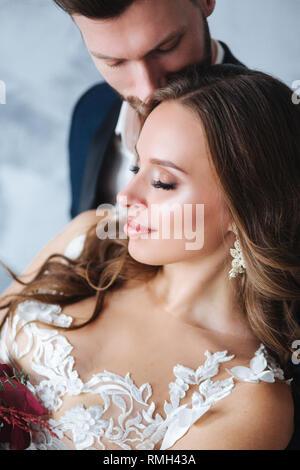 Hochzeit paar einander Indoor umarmen. Close-up Portrait von jäten Paar. Beauty Braut Bräutigam. - Stockfoto