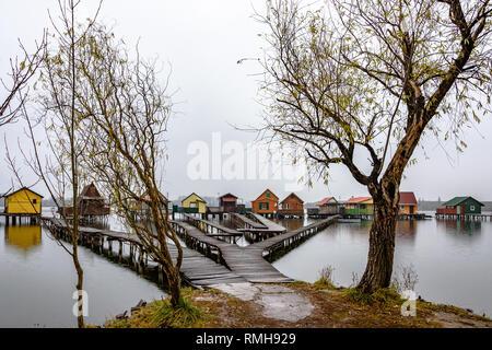 Die Bokod schwimmenden Dorf in Ungarn an einem regnerischen Wintertag - Stockfoto
