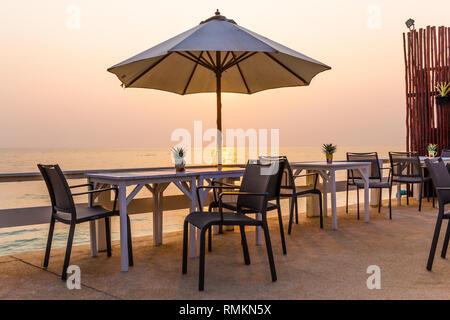 Schöne Tisch am Strand bei Sonnenuntergang - Stockfoto