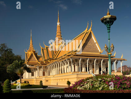 Kambodscha, Phnom Penh, City Centre, Royal Palace, Thronsaal von der Lampe in Palace Gardens - Stockfoto