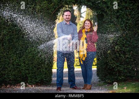 Andrew Symes und Natalie Metcalf, £ 1 M auf der EuroMillions Ziehung am Freitag, 1. Februar gewonnen, dann begrüßt neue Tochter Poppy ein paar Tage später. - Stockfoto