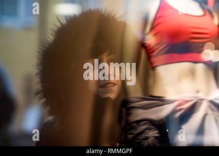 Reflexion einer Frau Window Shopping, Deutschland - Stockfoto