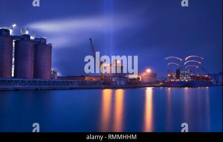 Industrielle und Blick auf den Hafen bei Nacht, Venedig, Venetien, Italien - Stockfoto