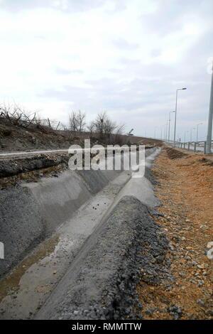 Kanal für das Ablassen von Wasser entlang der Autobahn - Stockfoto