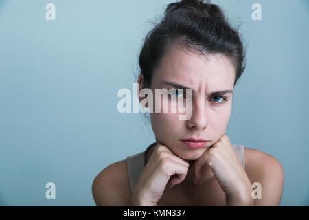 Nahaufnahme eines umgekippten junge Casual Mädchen über blau Hintergrund isoliert - Stockfoto