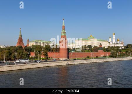 Moskau, Russland - 21. September 2014: Ansicht des Kreml mit Wasser versorgen, Borovitskaya Türme und die Grand Kremlin Palace. - Stockfoto
