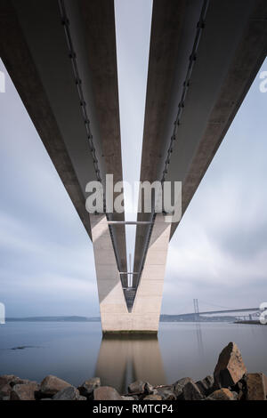 Neben den neuen Queensferry Kreuzung Straße Brücke, die Firth-of-Forth auf einer sonnigen und ruhigen Tag, Queensferry, Schottland - Stockfoto