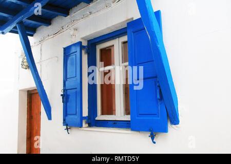 Blaue Fensterläden Fenster in Mykonos, Griechenland. - Stockfoto