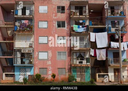 Frische, saubere Wäsche auf dem Balkon der alten Heimat, Havanna, Kuba - Stockfoto