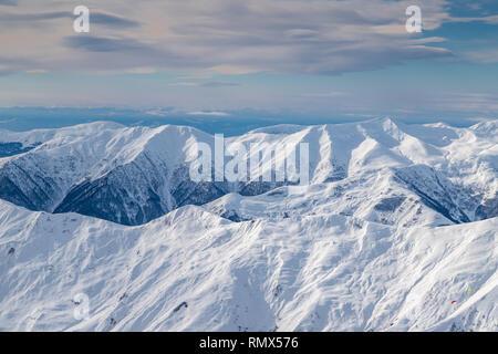 Verschneite Berge in Sonne Tag. Kaukasus, Georgien, vom Skigebiet Gudauri