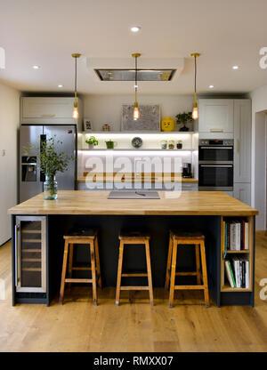 Innen eine moderne Küche, eine Insel und Hocker Stockfoto ...