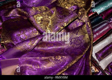 Kambodscha, Phnom Penh, Koh Dach, Seide Insel traditionelle Weberei Zentrum, lokal produzierten Textil mit Muster in Gold thread gewebt auf Anzeige - Stockfoto