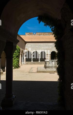 Kreuzgang der Abtei von Sant Pere de Rodes. Es ist ein ehemaliges Kloster der Benediktiner in der Comarca Alt Emporda, im Nordosten von Katalonien, Spanien - Stockfoto