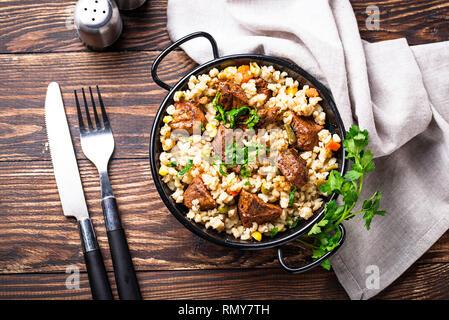 Bulgur mit Gemüse und Fleisch - Stockfoto