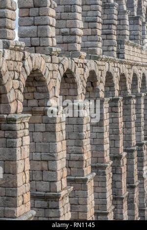 Die beeindruckend und perfekt erhaltene römische Aquädukt von Segovia, Kastilien-Leon, Spanien - Stockfoto