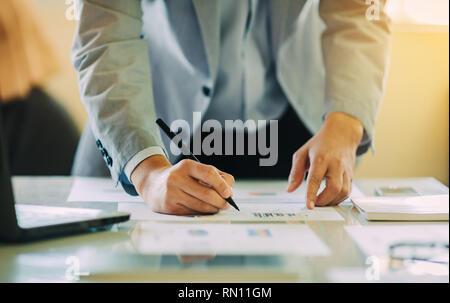 Geschäftsmann Investment Consultant analysieren Unternehmen finanzielle Bericht Bilanz der Arbeit mit digitalen Grafiken. - Stockfoto