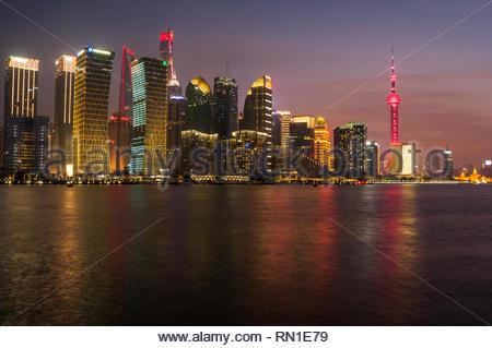 Die Skyline von Pudong in der Dämmerung mit dem Oriental Pearl Tower, Shanghai Tower und das Shanghai World Financial Center. Der Jinmao Tower kann nur gestellt werden - Stockfoto