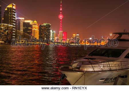 Die beleuchtete Skyline von Pudong hinter Xin Da Tang, eine Yacht günstig auf der North Bund Teil von Shanghai gesehen. - Stockfoto