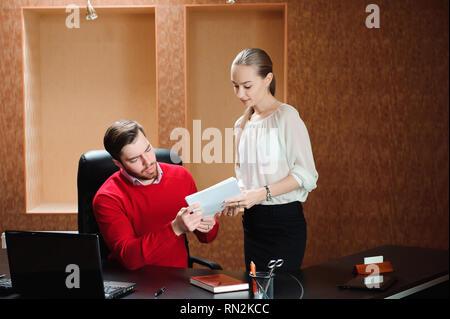 Zuversichtlich Boss mit Papier, etwas zu erklären, Sekretärin im Büro - Stockfoto