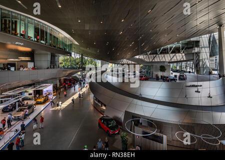 BMW Welt und BMW-Zentrale in München. Die BMW Welt ist ein großer Ausstellungsraum, in dem die BMW Group (BMW, Mini und Rolls Royce) sind auf dem Display. - Stockfoto