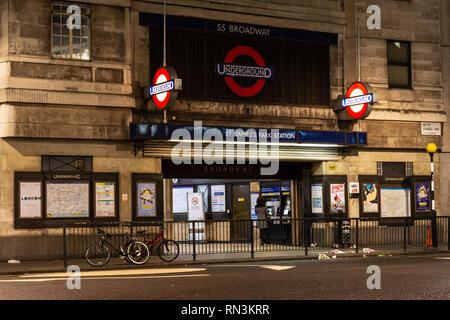 London, England, UK - Dezember 17, 2018: ein pendler nutzt ein fahrkartenautomat am St. James's Park U-Bahn Station in der Nacht. - Stockfoto