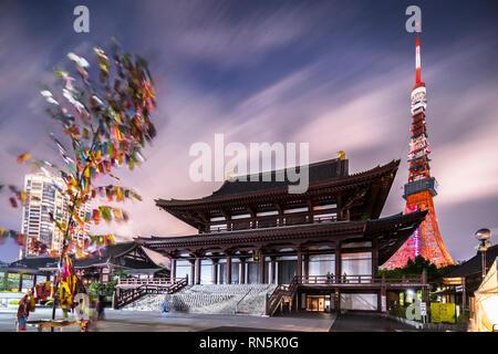 Japanische Laternen aus handgeschöpftem Reispapier in der Form einer Milchstraße beleuchtet die Steine der Schritte der Zojoji Tempel angeordnet. - Stockfoto