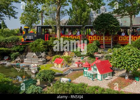 Die Lego Zug fährt durch einige Lego miniatur Kulissen im Legoland Billund Resort in Dänemark. - Stockfoto