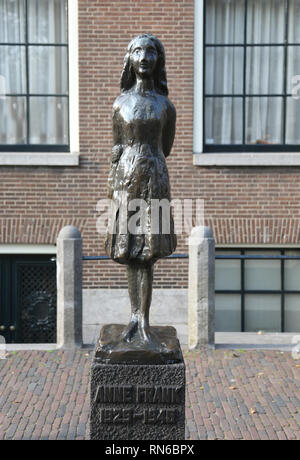 Amsterdam, Niederlande, 22. August 2017: Skulptur von Anne Frank Das jüdische Mädchen, das ihr berühmtes Tagebuch schrieb - Stockfoto