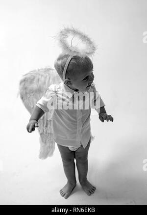 Eine Urlaubsatmosphäre. Baby Engel. Adorable kleine Engel Junge. Kleiner Junge mit Engel Flügel und Heiligenschein. Cute valentines Cupid oder cherub Baby - Stockfoto