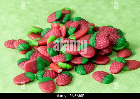Bunte Bonbons Erdbeeren auf hellgrüne Tischdecken Hintergrund. - Stockfoto