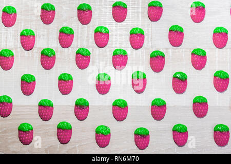 Bunten Süßigkeiten Erdbeeren auf einem hellen Hintergrund. - Stockfoto