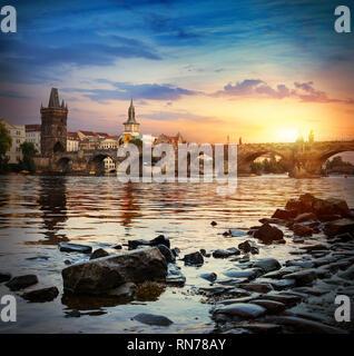 Dämmerung über die Karlsbrücke und den Fluss Moldau in Prag - Stockfoto