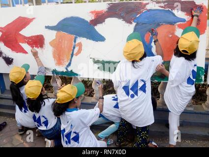 Kolkata, Indien. 17 Feb, 2019. Kinder malen 100 ft Leinwand Tribut an die gemarterten 49 CRPF Soldaten, die ihr Leben auf der militante Angriff bei Pulwama Bezirk von Jammu und Kaschmir im Februar 14 verloren. Credit: Saikat Paul/Pacific Press/Alamy leben Nachrichten - Stockfoto