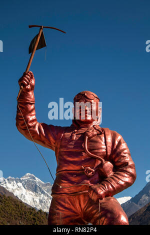 Nepal, Namche Bazar, Sagarmatha National Park Visitor Centre, Sherpa Tenzing Norgay Denkmal Statue mit Mount Everest hinter - Stockfoto