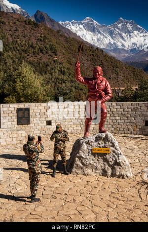 Nepal, Namche Bazar, nepalesische Armee Soldaten unter souvenir Fotos bei Sherpa Tenzing Norgay Denkmal Statue mit Mount Everest hinter - Stockfoto
