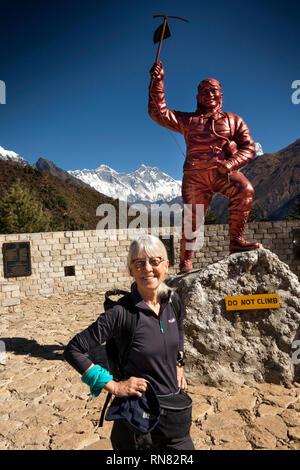 Nepal, Namche Bazar, Sagarmatha National Park Visitor Centre, älterer Frauen Walker an der Sherpa Tenzing Norgay Denkmal Statue mit Mount Everest hinter - Stockfoto