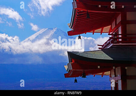Mount Fuji gesehen von Chureito Pagode in Japan. - Stockfoto