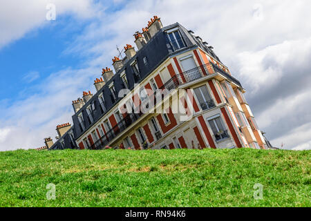 Sinkende Haus auf Montmartre mit lustigen Winkel, Paris, Frankreich im sonnigen Tag genommen - Stockfoto